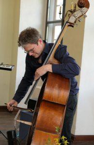 Sven Hinse, Kontrabasslehre aus Berlin, am Kontrabass